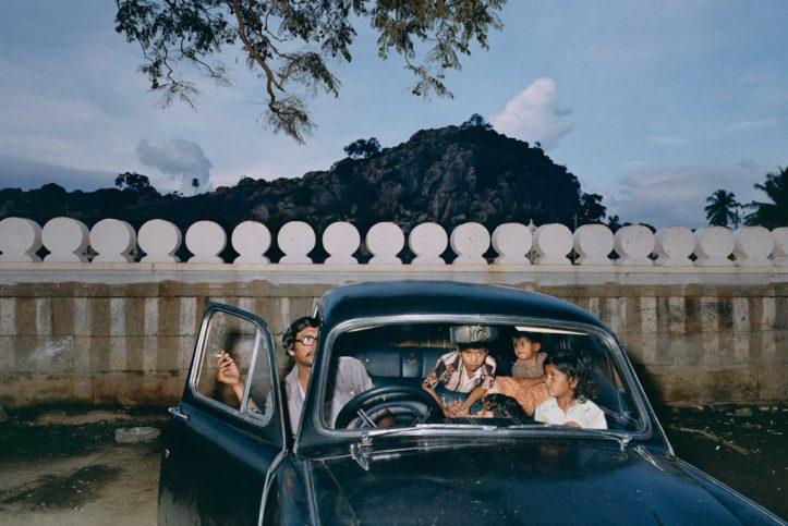 1981-Mitch-Epstein-Shravanabelagola-Karnataka-India-1981-in-italics-Courtesy-of-Galerie-Thomas-Zander-Köln-1024x685
