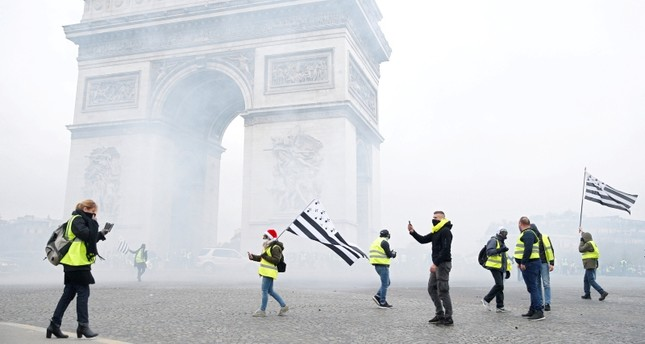 645x344-tear-gas-fired-in-paris-as-french-police-clash-with-yellow-vests-in-fuel-protests-1543660328657