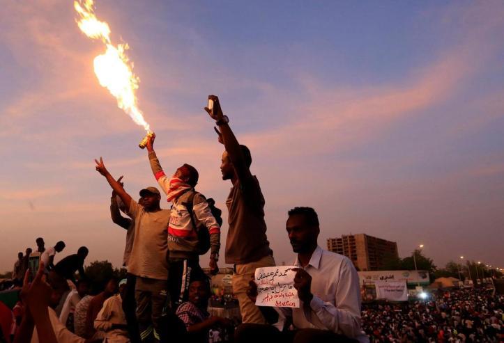 2019-04-14T215846Z_238102956_RC13A4F51CF0_RTRMADP_3_SUDAN-POLITICS