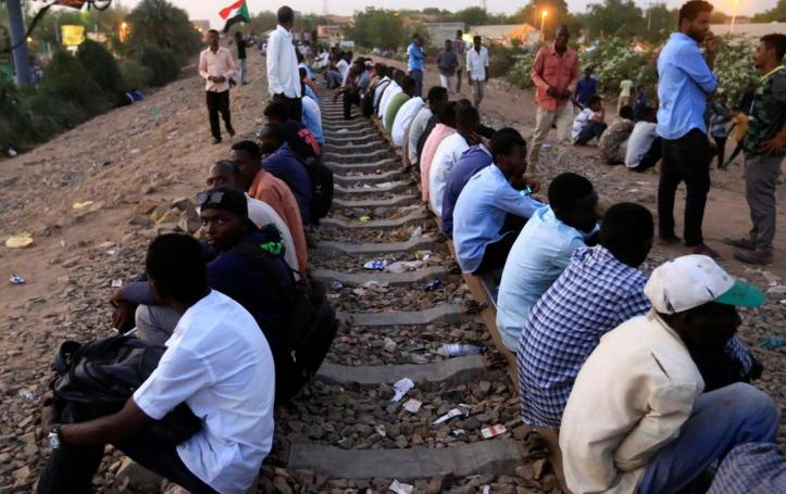 2019-04-14T220117Z_1590725903_RC15F96FB520_RTRMADP_3_SUDAN-POLITICS